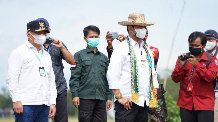 Mentan Syahrul Yasin Limpo Panen Padi di Food Estate Pulang Pisau Kalimantan Tengah - syahrul-yasin-limpo-4-1022021.jpg