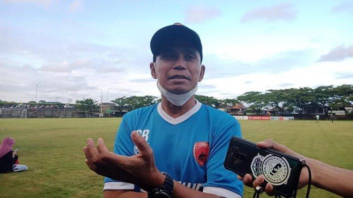 Pelatih PSM Makassar, Syamsuddin Batola usai latihan PSM di Bosowa Sport Center, Selasa (6/4/2021) sore
