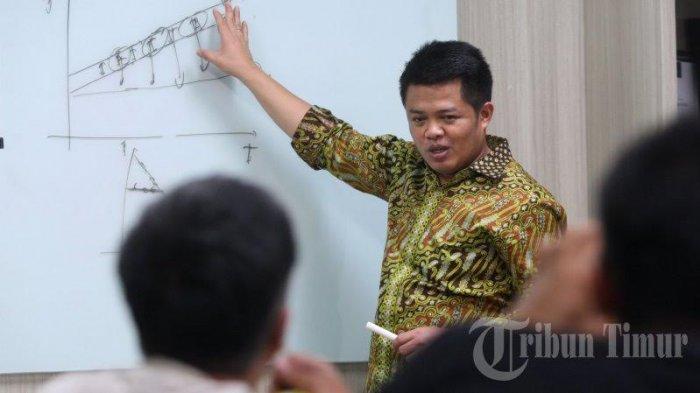 Tak Sempat Hadir di HUT ke-13 Tribun Timur, Ketua KPPU Langsung Baper - syarkawi-rauf-didampingi-sejumlah-stafnya_20170318_224952.jpg