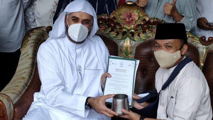 Bupati Bantaeng Ilham Azikin Dapat Hadiah Mudd dari Syekh Muhammad Jaber