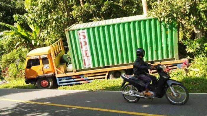 Tak Kuat Nanjak, Truk Tronton di Toraja Nyaris Seret Camat Makale Utara