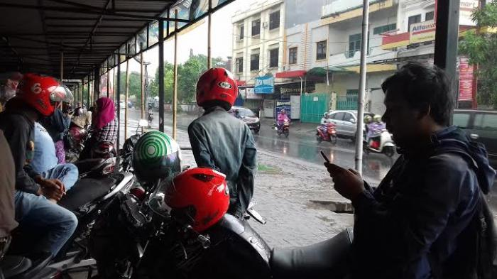 Hujan, Pengendara Motor di Jalan Tamalate Singgah Berteduh