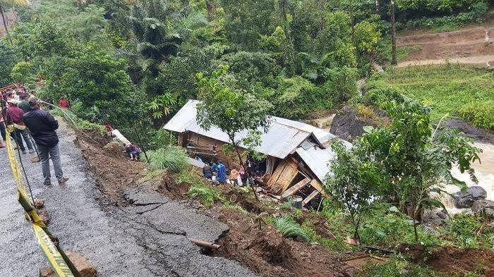Hujan Deras, Satu Unit Rumah Terbawa Tanah Longsor di Sinjai