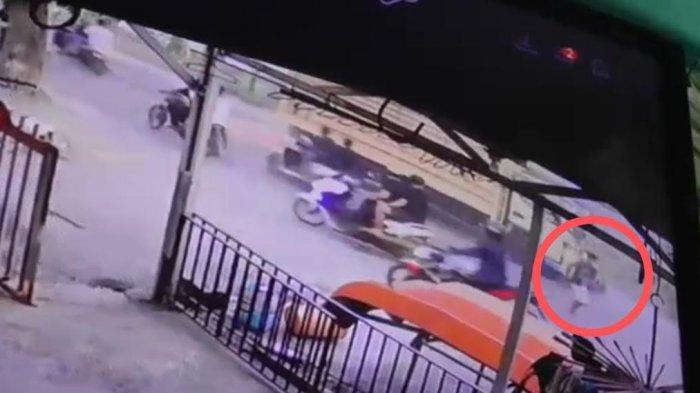 Terekam CCTV, Anak Kepala Dusun Takkalasi Sidrap Tewas Terlindas Truk Gara-gara Jalan Berlubang