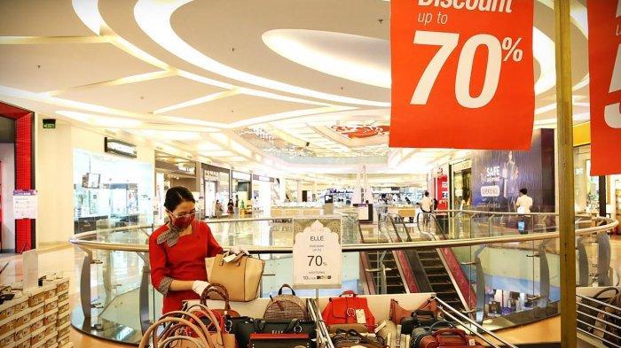 Staf Metro Department Store, Trans Studio Mall Makassar sedang merapikan produk display tas tangan wanita Elle, Sabtu (152021). Saat ini sedang berlangsung program Celebrate in Style diskon hingga 70% untuk sejumlah produk dan tambahan diskon 10% bagi pengguna Kartu Kredit Bank Mega. tribun timurmuhammad abdiwan