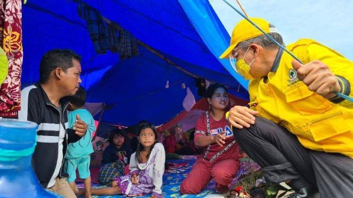 Pantau Lokasi Pengungsian, Taufan Pawe Bagikan Paket Sembako kepada Korban Gempa Sulbar
