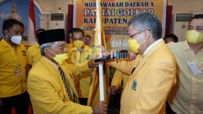 FOTO; Ambas Syam Aklamasi Pimpin Golkar Gowa - taufan-pawe-memberikan-petaka-kepada-ambas-syam-usai-terpilih-sebagai-golkar-4.jpg