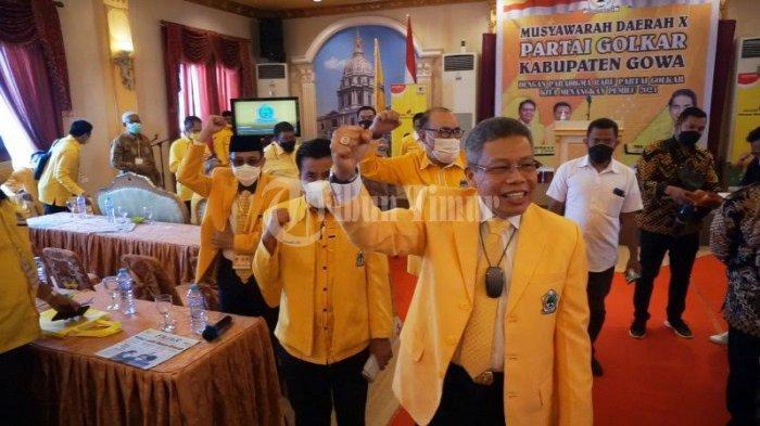 FOTO; Ambas Syam Aklamasi Pimpin Golkar Gowa - taufan-pawe-memberikan-petaka-kepada-ambas-syam-usai-terpilih-sebagai-golkar-5.jpg
