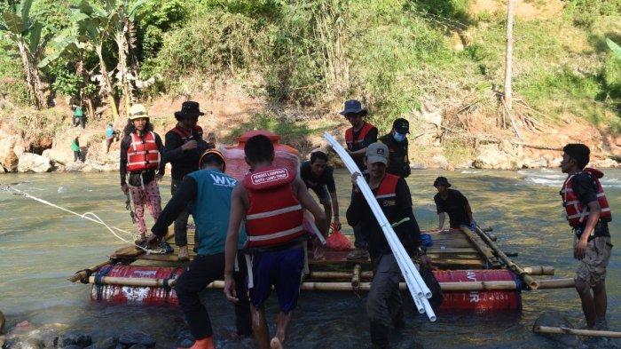 Team Reaksi Cepat Ikatek Unhas hadir sebagai relawan di musibah banjir dan longsor di Walenrang, Kabupaten Luwu, Sulawesi Selatan, Rabu (6/10/2021).