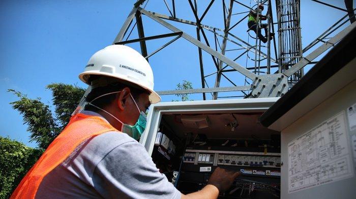 FOTO: Proyek Fiberisasi XL Axiata di Pulau Sulawesi - teknisi-melakukan-pemeliharaan-bts-xl-1.jpg