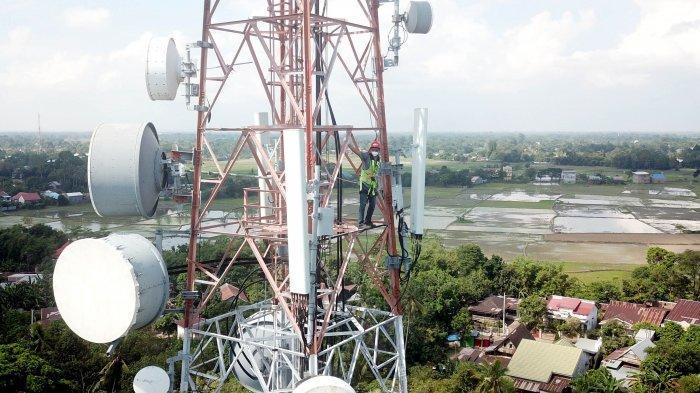 FOTO: Proyek Fiberisasi XL Axiata di Pulau Sulawesi - teknisi-melakukan-pemeliharaan-bts-xl-2.jpg