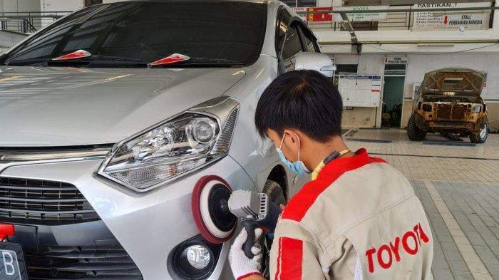 teknisi sedang memoles kendaraan milik konsumen Kalla Toyota