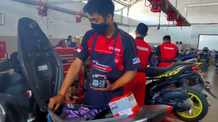 Teknisi Yamaha sedang melakukan pengecekan kondisi aki