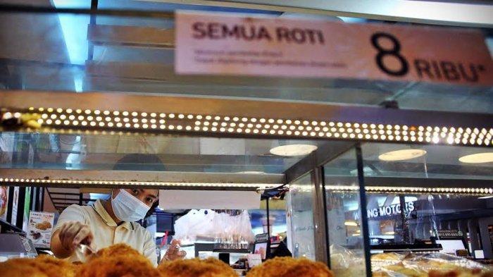 Tenant BreadTalk Trans Studio Mall Makassar, memberikan harga spesial dalam rangka merayakan Anniversary yang ke-18 untuk semua roti yang disajikan, Kamis (4/3/2021). Lebih dari 30 varian roti favorit termasuk best seller dan signature products seperti Fire Floss dijual dengan harga hanya Rp8.000. Promo berlangsung hingga 5 Maret mendatang. tribun timur/muhammad abdiwan