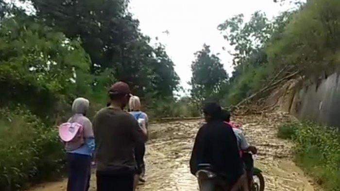 Longsor Tutup Jalan Anggeraja - Baraka, ASN Enrekang Terpaksa 'Bolos' Kerja