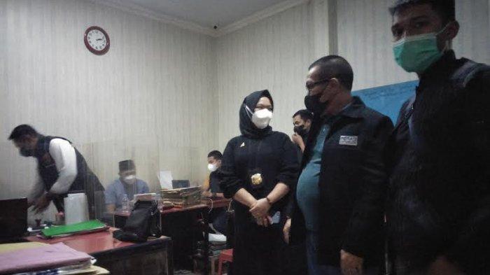 Tersangka Mardani Hamdan oknum Satpol PP Gowa menjalanji pemeriksaan di Polres Gowa, Jl Syamsuddin Tunru, Kecamatan Somba Opu, Kabupaten Gowa, Sulawesi Selatan, Sabtu (17/7/2021) sore.