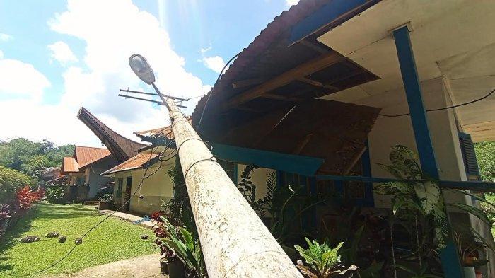 Tiang Listrik Timpa Rumah Warga di Nonongan Toraja