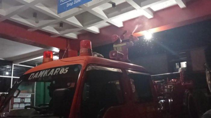 Damkar Pinrang Evakuasi Sarang Lebah di IGD RSUD Lasinrang Pinrang