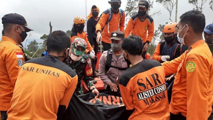 Tim berhasil mengevakuasi korban pendaki yang meninggal karena hipotermia di Gunung Bawakaraeng