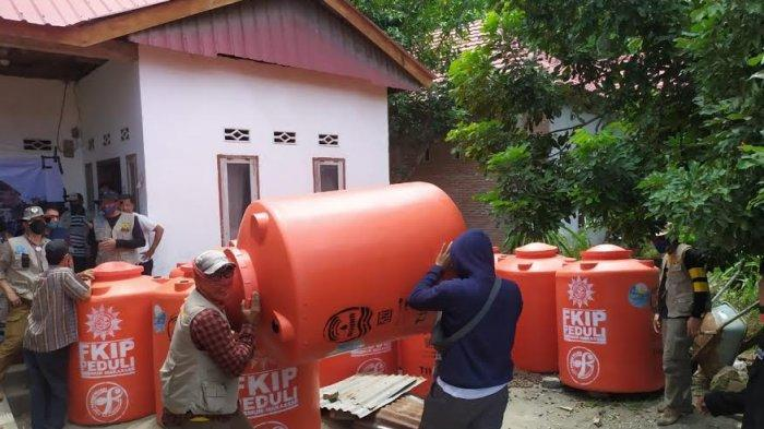 FKIP Unismuh Makassar Serahkan Tandon Air dan Seng untuk Korban Gempa Sulbar