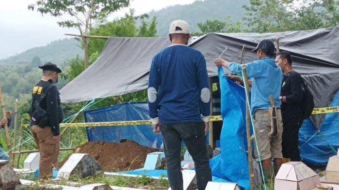 Tim Forensik Biddokes Polda Sulsel Bongkar Makam Kakak Korban Pesugihan di Gowa