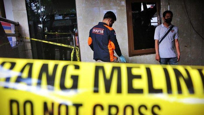 Tim INAFIS Inafis Polrestabes Makassar, melakukan identifikasi di tempat kejadian perkara (TKP) kasus pembunuhan selebgram Makassar, Ari Pratama (24) di Wisma Topaz Jl Topaz Makassar, Jumat (532021). Pembunuhan secara berencana dilakuan seorang mahasiswi, Aisyah Alfika (20) dikamar 214 dan berhasil diamankan oleh Personel Resmob Panakukang. tribun timurmuhammad abdiwan