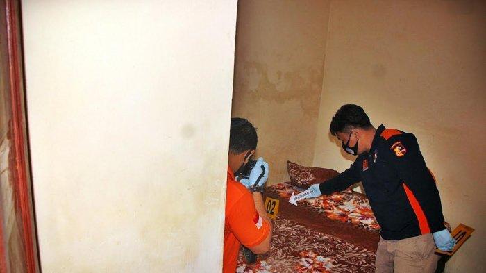 Tim INAFIS Inafis Polrestabes Makassar, melakukan identifikasi di tempat kejadian perkara (TKP) kasus pembunuhan selebgram Makassar, Ari Pratama (24) di Wisma Topaz Jl Topaz Makassar, Jumat (532021). Pembunuhan secara berencana dilakuan seorang mahasiswi, Aisyah Alfika (20) dikamar 214 dan berhasil diamankan oleh Personel Resmob Panakukang. tribun timurmuhammad abdiwan (TRIBUN-TIMUR.COM/MUHAMMAD ABDIWAN)