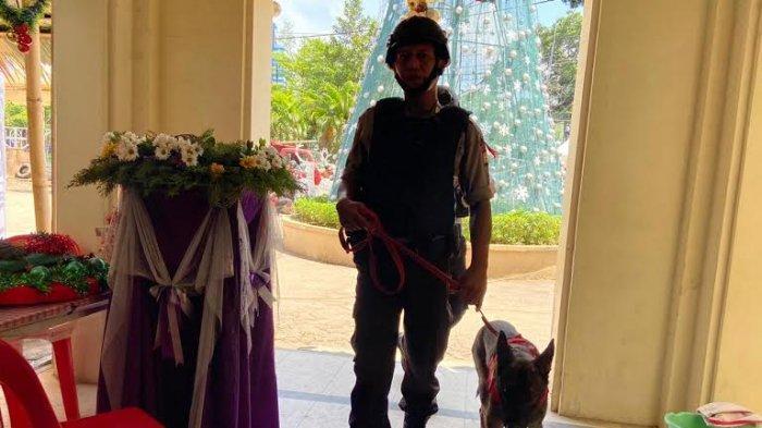 Sterilkan Gereja dari Benda Berbahaya, Unit K9 Polda Sulsel Kerahkan 3 Anjing Pelacak