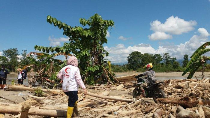 Obati Korban Bencana Banjir di Lutra, Tim Medis BSMI Lewati Jalan Berlumpur