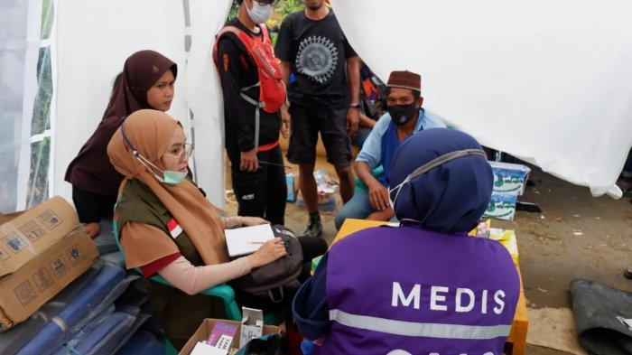 Tim Medis Royal Health Care atau RHC melakukan pemeriksaan medis kepada pengungsi pascagempa Sulbar di Posko Tim Relawan Ikatek Unhas di Desa Kabiraan, Kecamatan Ulumanda, Kabupaten Majene, Provinsi Sulawesi Barat, Selasa (26/1/2021).