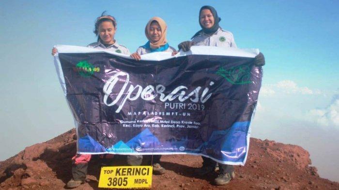 3 Anggota Puteri Mapala 09 FT Unhas Daki Puncak Tertinggi di Sumatera, Begini Kisah Perjalanannya - tim-operasi-puteri-mahasiswa-pecinta-alam-atau-mapala-09-ft-unhas-di-puncak-gunung-kerinci.jpg