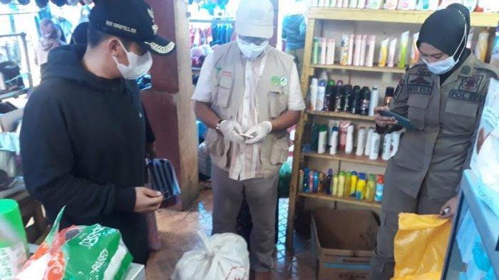 Petugas Sita Lima Karung Kosmetik Kadaluarsa di Pasar Sentral Malili Luwu Timur