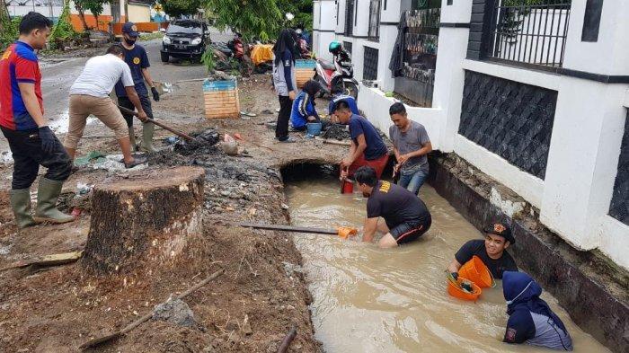 Tak Ada Libur Lebaran, Tim Pengendali Banjir di Bulukumba Tetap Turun ke Got