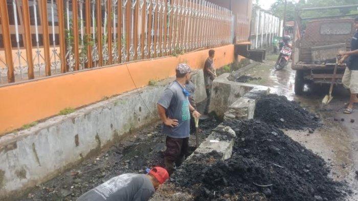 Antisipasi Banjir,  DLH Parepare Lakukan Pengerukan Sampah di Selokan