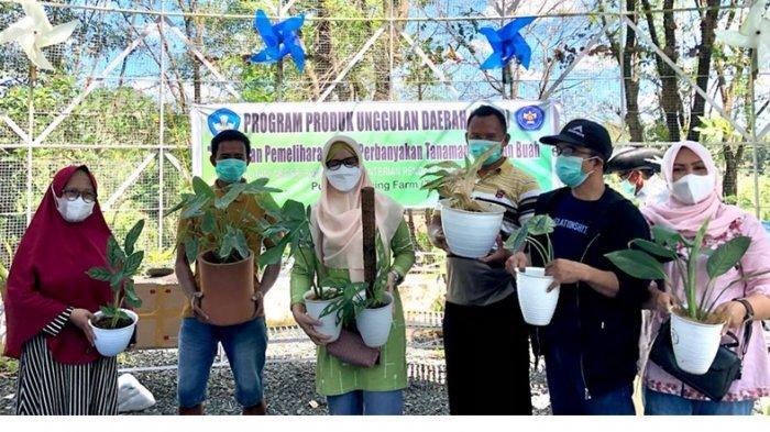 Tim Program Pengembangan Produk Unggulan Daerah (PPPUD) Politani Pangkep serahkan bantuan pot tanaman hias di Pucak Teaching Farm (PTF), Maros, Sabtu (14/8/2021).