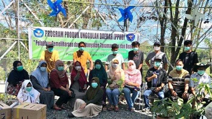 Tim PPPUD Pucak Teaching Farm Politani Pangkep Beri Pelatihan Teknik Perbanyakan Tanaman Hias & Buah