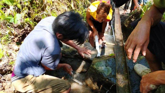 Tim relawan Bersama Berbagi dan Ikatek Unhas membuat program pipanisasi air bersih di Kampung Sunnah Beroanging di Malunda, Majene, Sulbar, Jumat (19/3/2021). Kegiatan ini merupakan program recovery pascagempa.