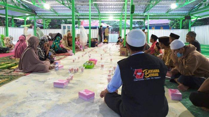 Bersama Berbagi Ikatek Unhas Buka Puasa Bersama Korban Gempa Mamuju di Masjid Darurat Ikatek Unhas