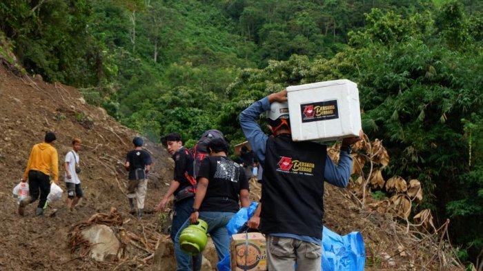 Hari Ketujuh, Relawan Ikatek Unhas Salurkan Logistik di Desa Kabiraan, Majene, Banyak Titik Longsor