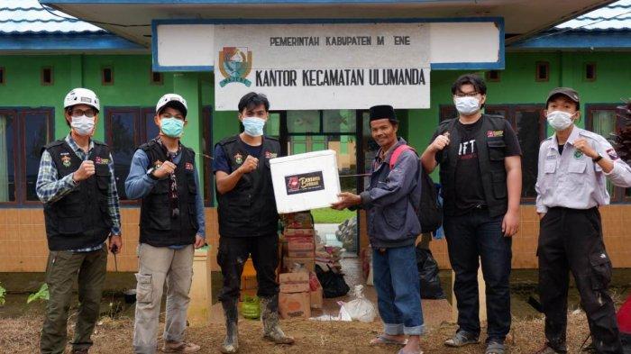 Tim relawan Ikatek Unhas bersama Relawan Bersama Berbagi menyalurkan logistik ke Desa Kabiraan, Kecamatan Ulumanda, Kabupaten Majene, Kamis (21/1/2021).
