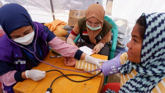 Relawan Ikatek Unhas dan Tim Medis RHC Berikan Layanan Medis ke Pengungsi di Ulumanda Majene Sulbar