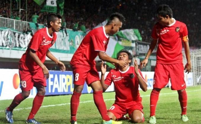 Pesepakbola Timnas Indonesia U-19, Ilham Udin Armayn (kedua kanan)