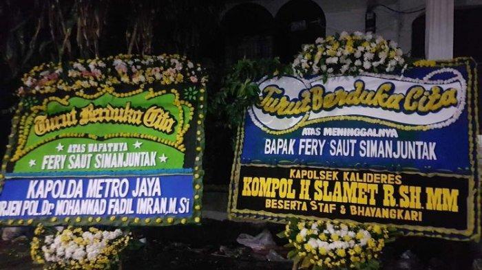 Karangan bunga dari Kapolda Metro Jaya dan Kapolsek Kalideres kepada keluarga Feri Saut Simanjuntak korban penembakan oleh salah seorang oknum polisi pada Kamis (25/2/2021).