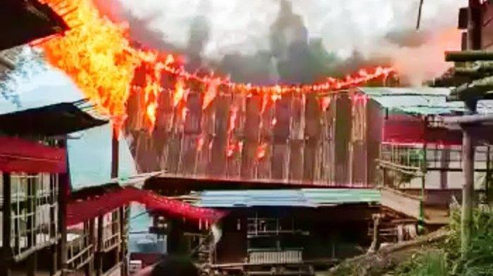 BREAKING NEWS: Tongkonan Terbakar saat Berlangsung Rambu Solo di Langda Toraja Utara