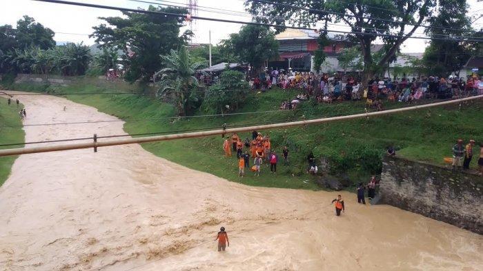BREAKING NEWS: Sungai Latuppa Palopo Meluap, Dua Bocah Hanyut Terbawa Arus