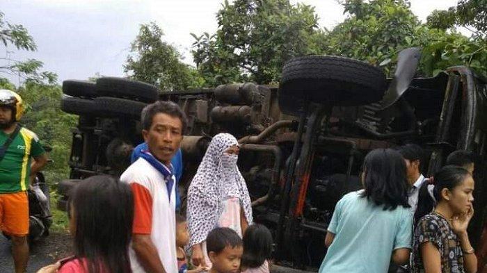 Polisi Baru Pasangi Rambu Jalan, Truk Kontainer Malah Terbalik di Tikungan Batuboddong Sinjai