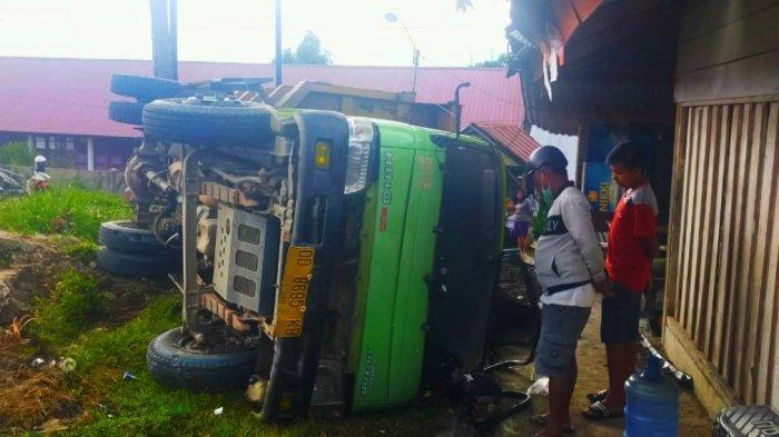 Truk Pengangkut Pasir Terguling, Nyaris Seruduk Kios di Getengan Tana Toraja