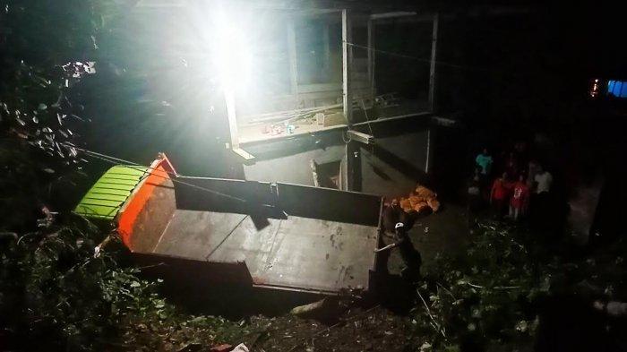 Mobil Truk Terguling ke Rumah Warga di Sarira Tana Toraja