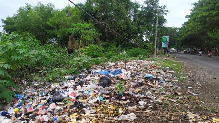 Sampah di Pinggir Jalan Desa Biangkeke Bantaeng Makin Menumpuk