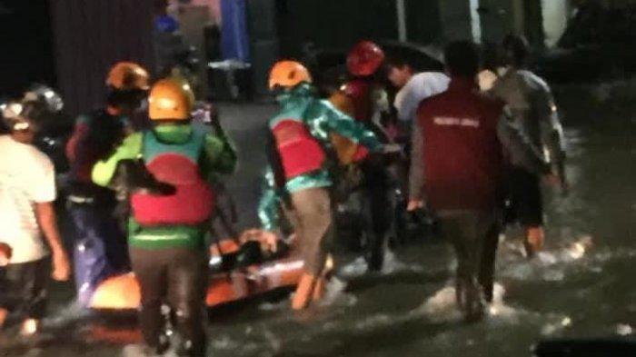 UKM Pramuka Unhas Bantu Evakuasi Korban Banjir di Kota Makassar